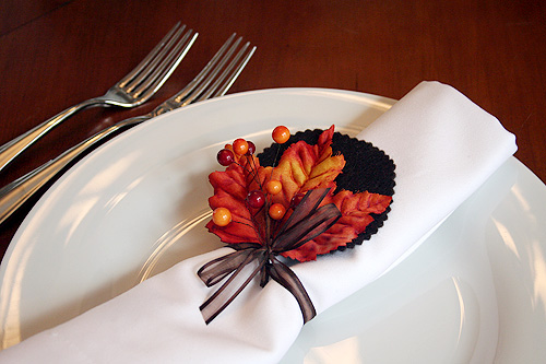 Autumn leaves napkin rings for bhg making it lovely for Diy fall napkin rings
