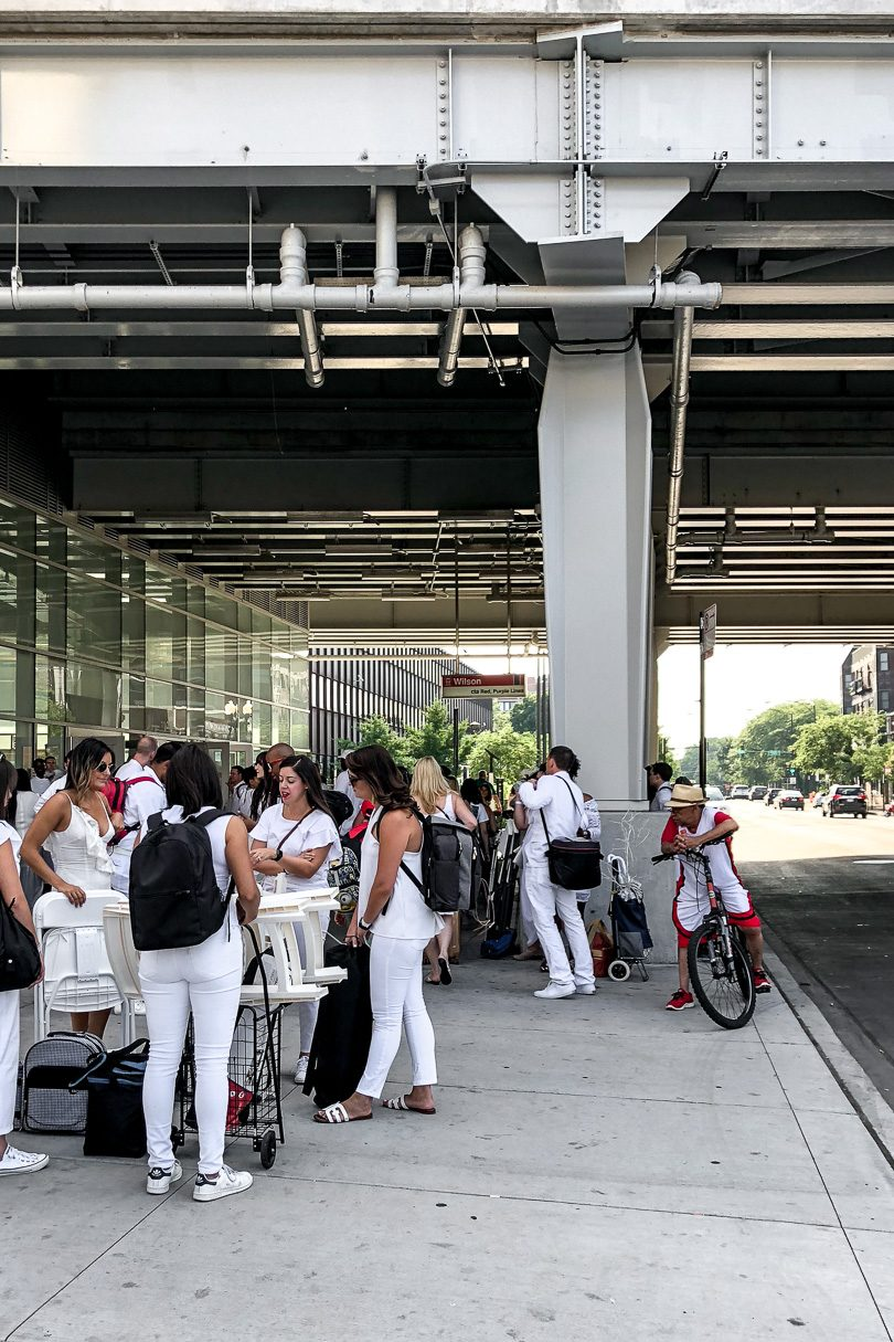 Chicago Dîner en Blanc 2018 - Waiting for the L outside the station