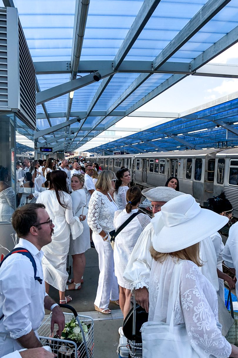 Chicago Dîner en Blanc 2018 - Waiting for the L on the Red Line